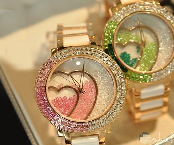 ساعة بألوان رائعة