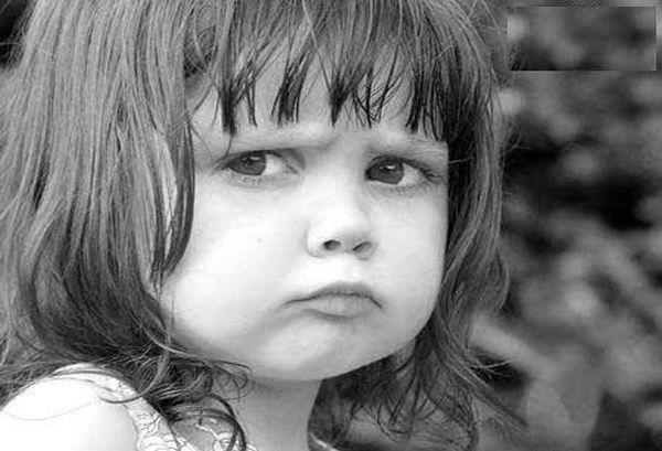 طفلة عابسة لها نظرة حزينة