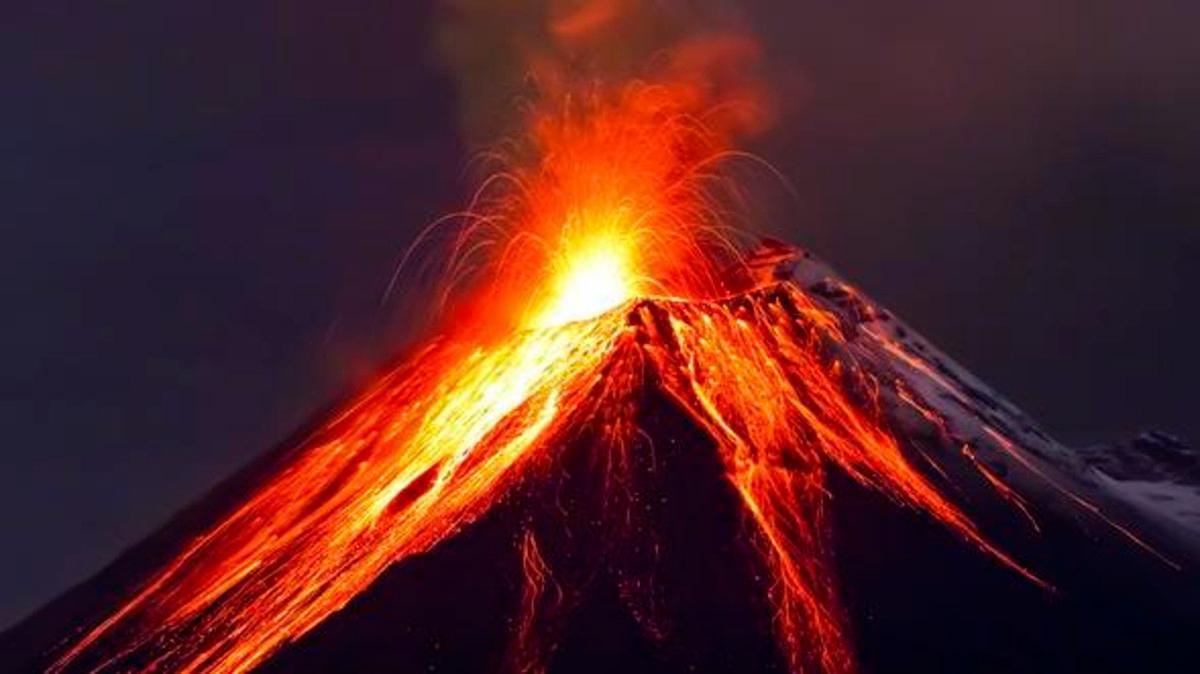 صورة لبركان يطلق حمم ونيران