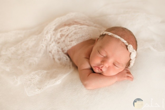 طفلة نائمة