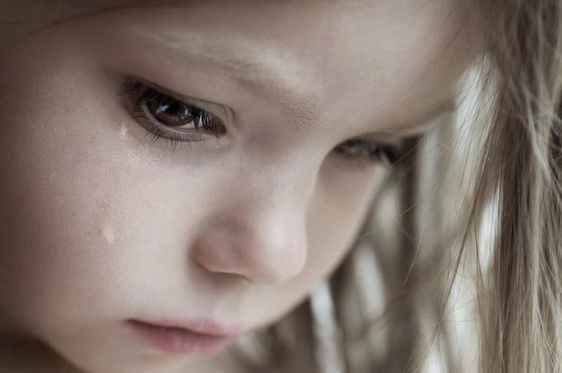 طفل حزينة تبكي في الم