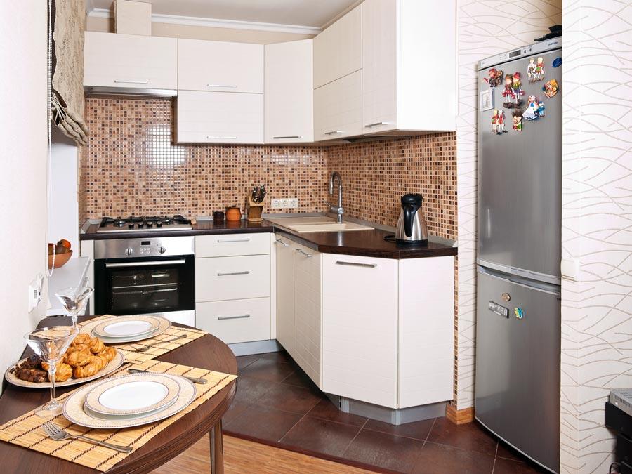 مطبخ صغير بلون أبيض مشرق