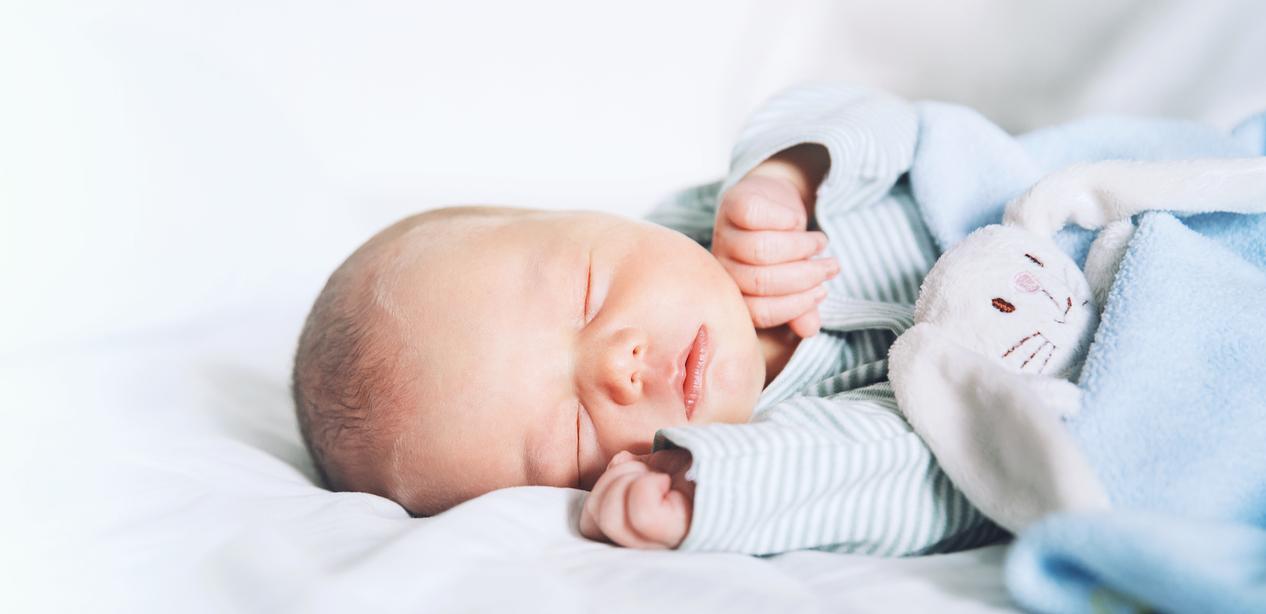 مولود نائم جميل