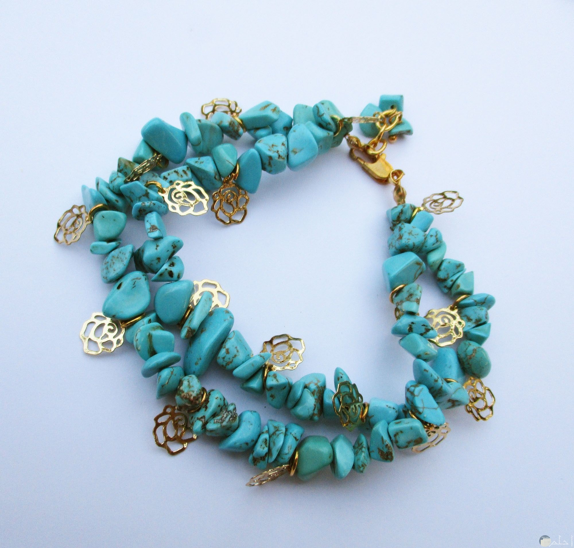 صورة لقطعة اكسسوار جميلة باللون الأزرق لليدين للبنات