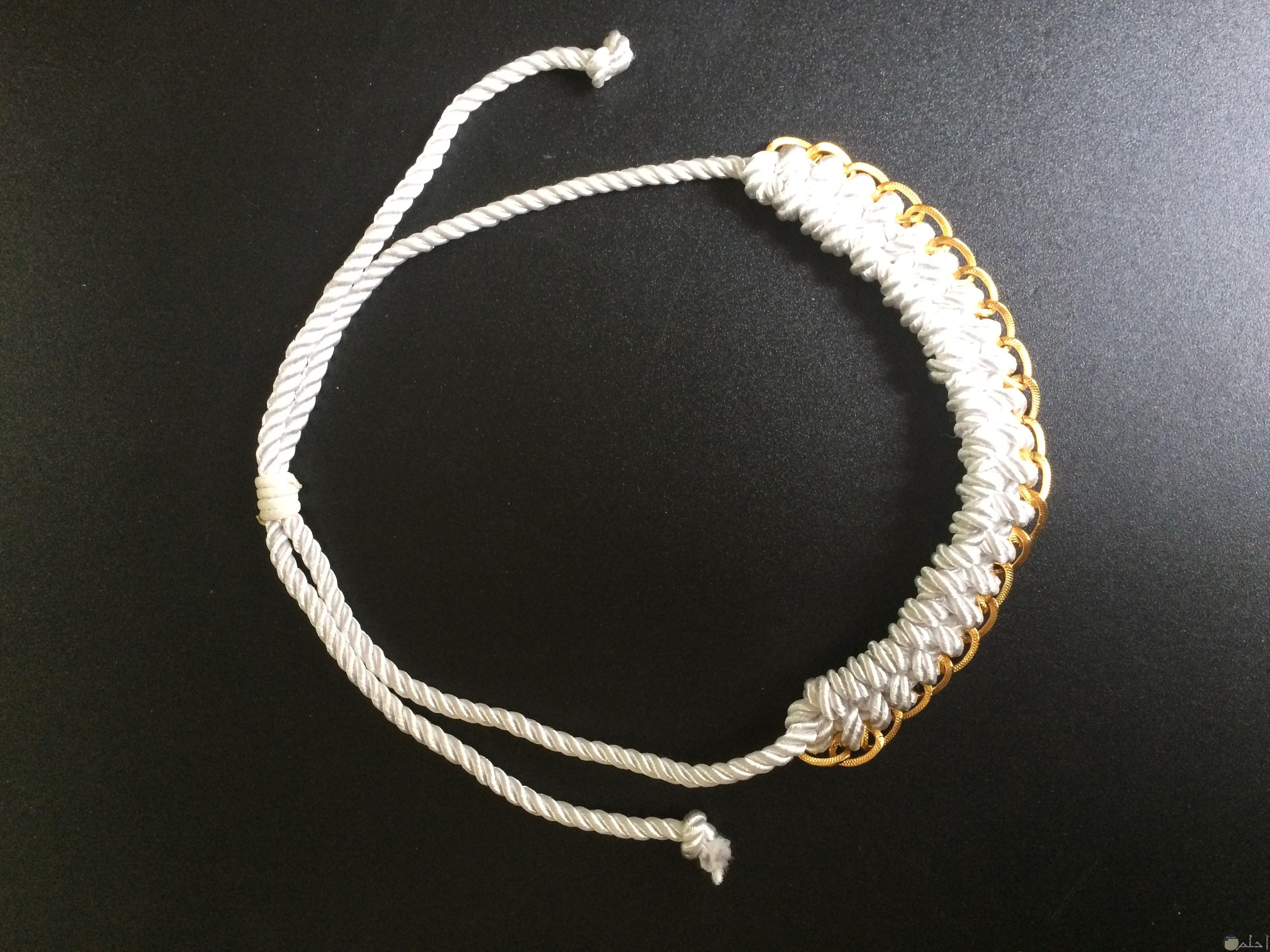 صورة لإكسسوار هاند ميد جميل لليدين باللون الأبيض والذهبي للبنات