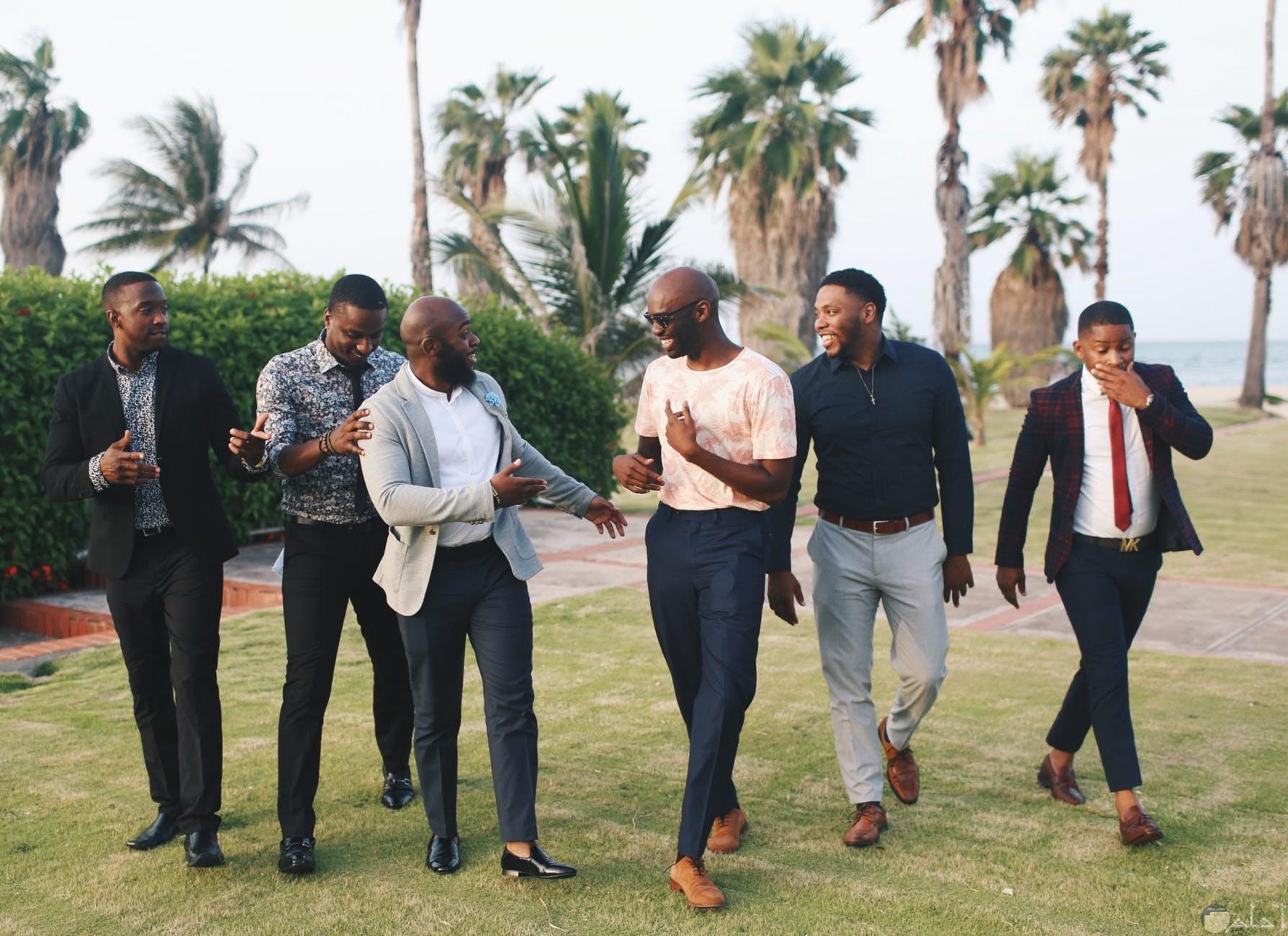 الاصدقاء والضحك من القلب