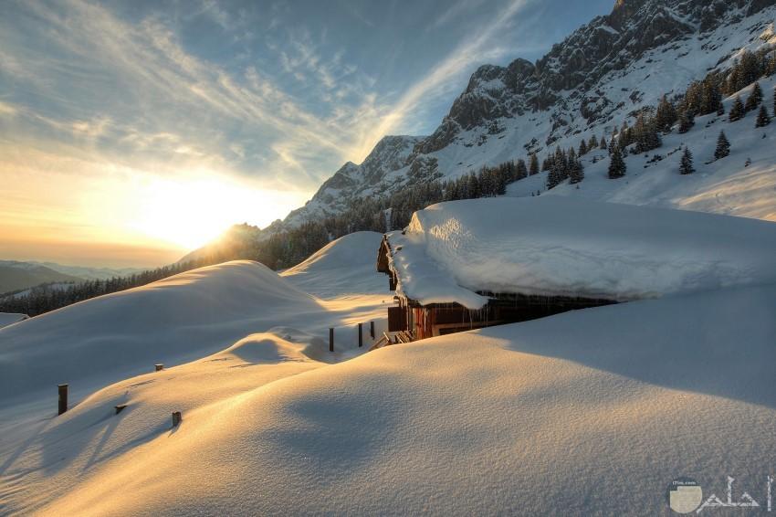 الثلوج تكسو الجبال