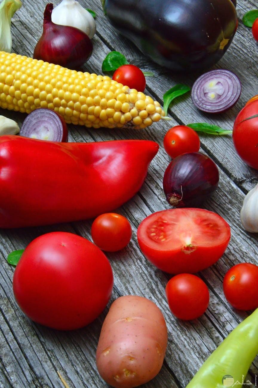 الخضروات المتنوعة الفلفل الاحمر والذرة الاصفر والبصل البطاطس