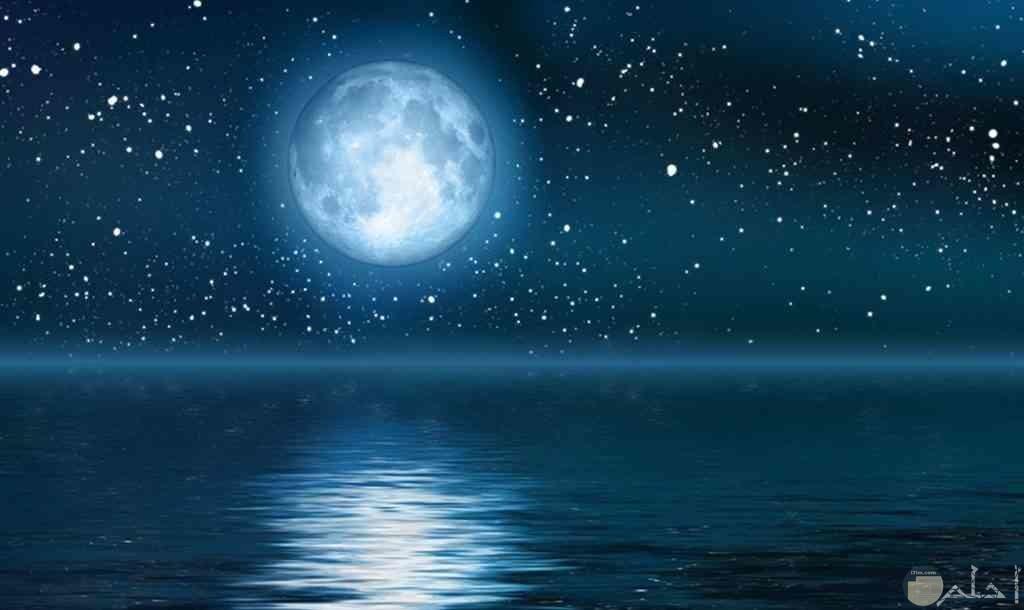 القمر مع النجوم اللامعة