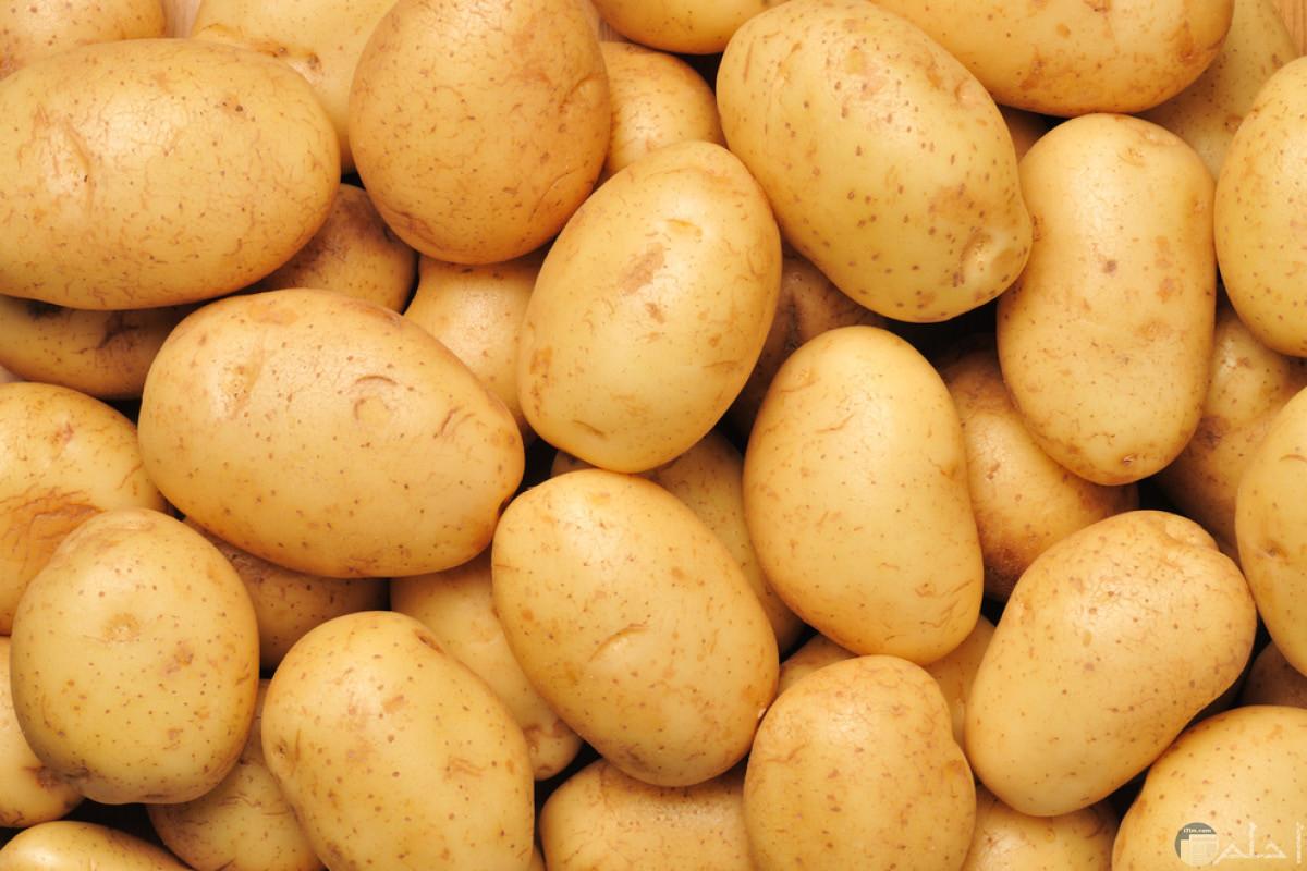 بعض حبات البطاطس التي تعتبر من الخضار النشوية ذات الطعم الحلو المذاق