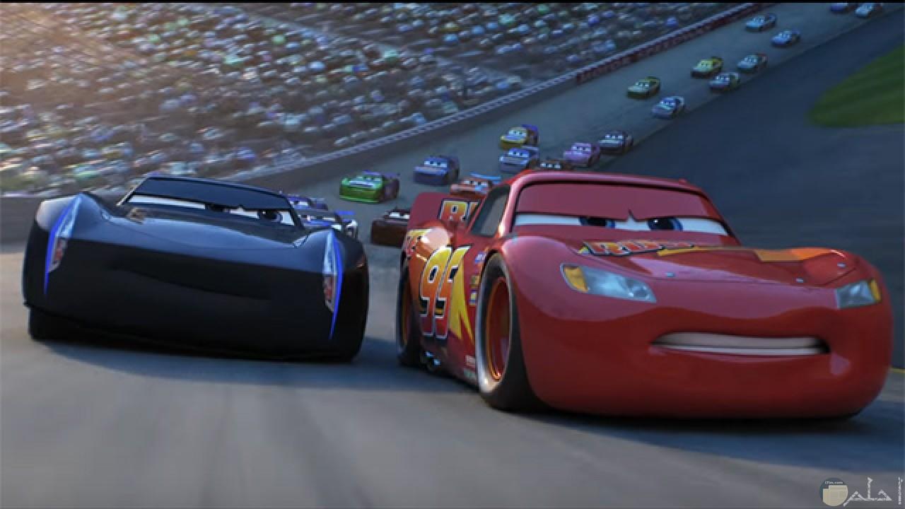 صورة تسابق مجموعة كبيرة من سيارات السباق كرتون للأطفال