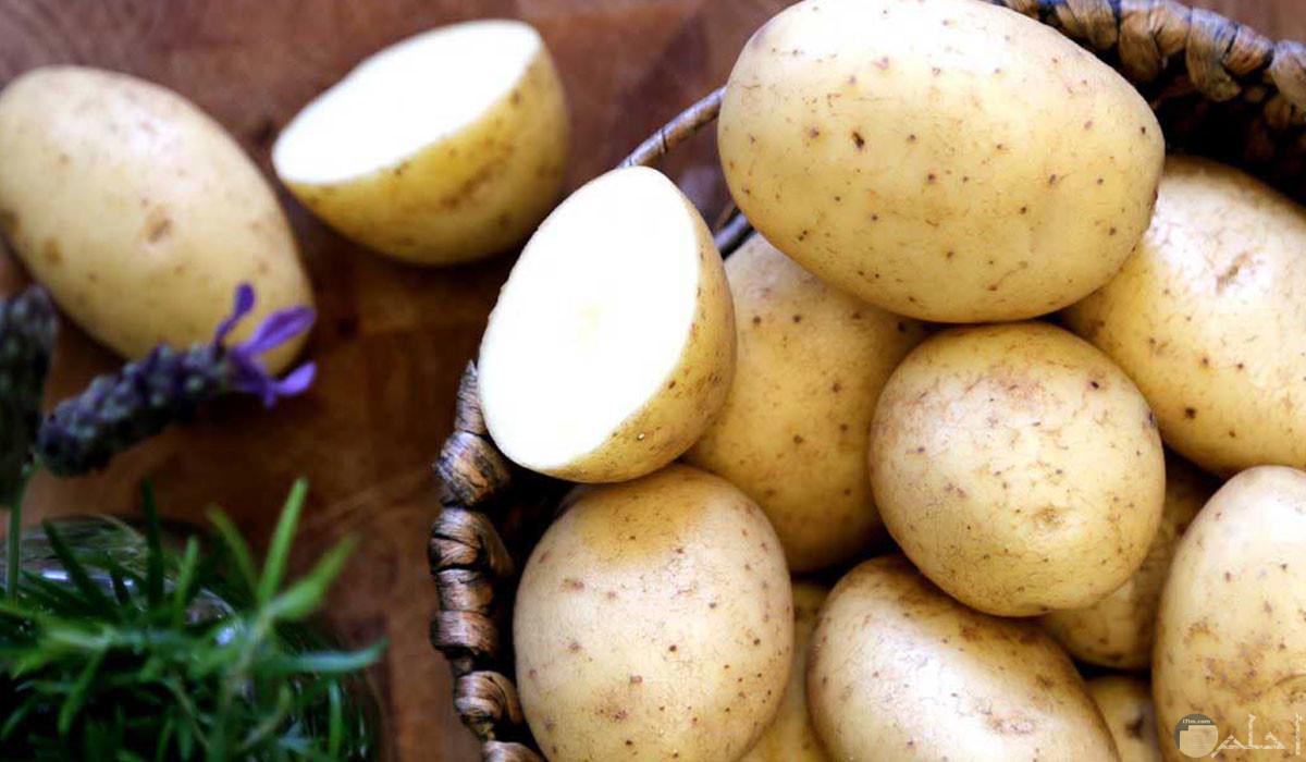 بعض حبات البطاطس المقطعة في طبق