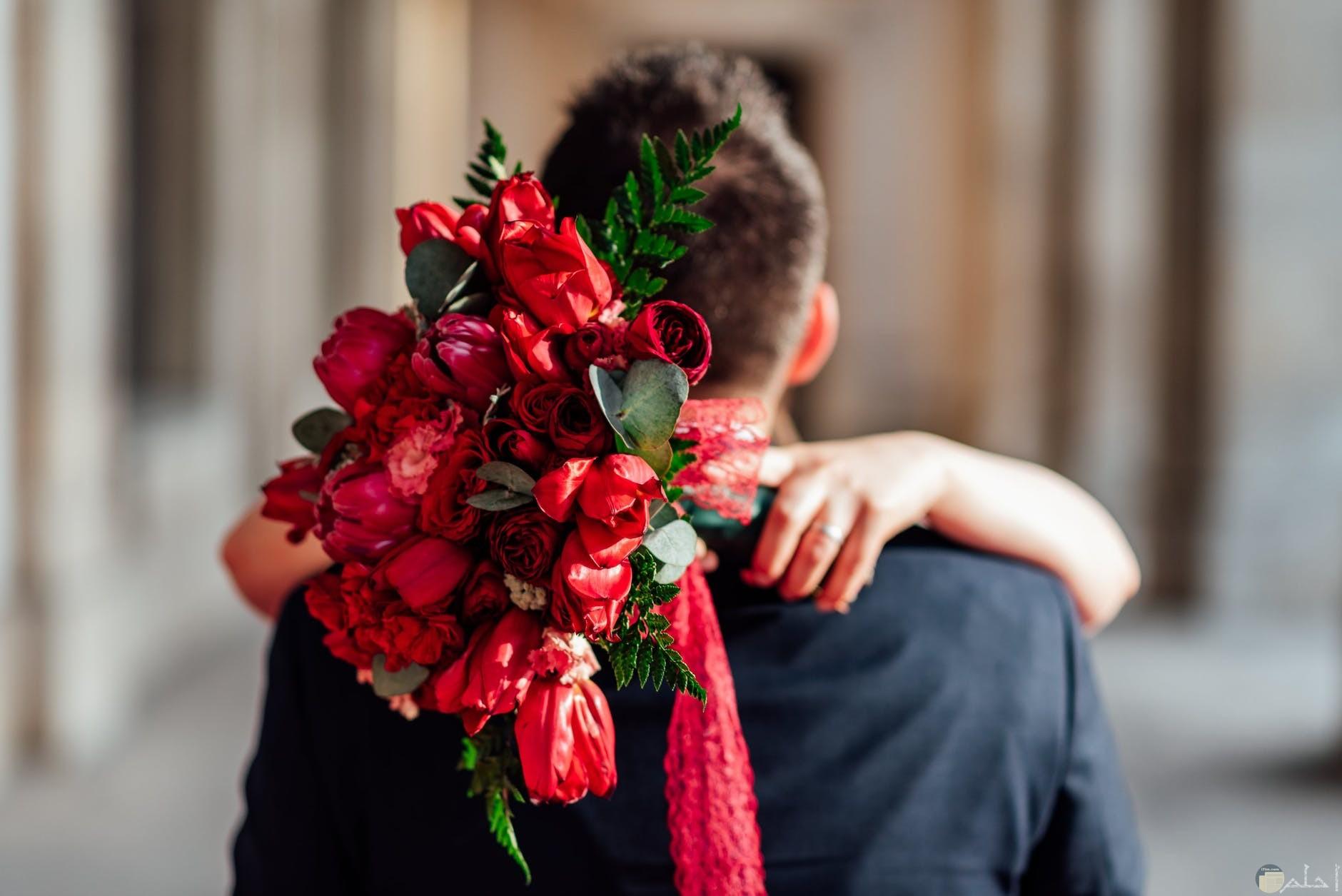 حضن العروس لعريسها في زفافها
