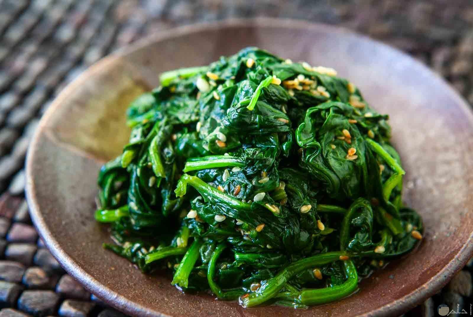 طبق من خضار السبانخ المليء بالمعادن المفيدة للصحة والجسم