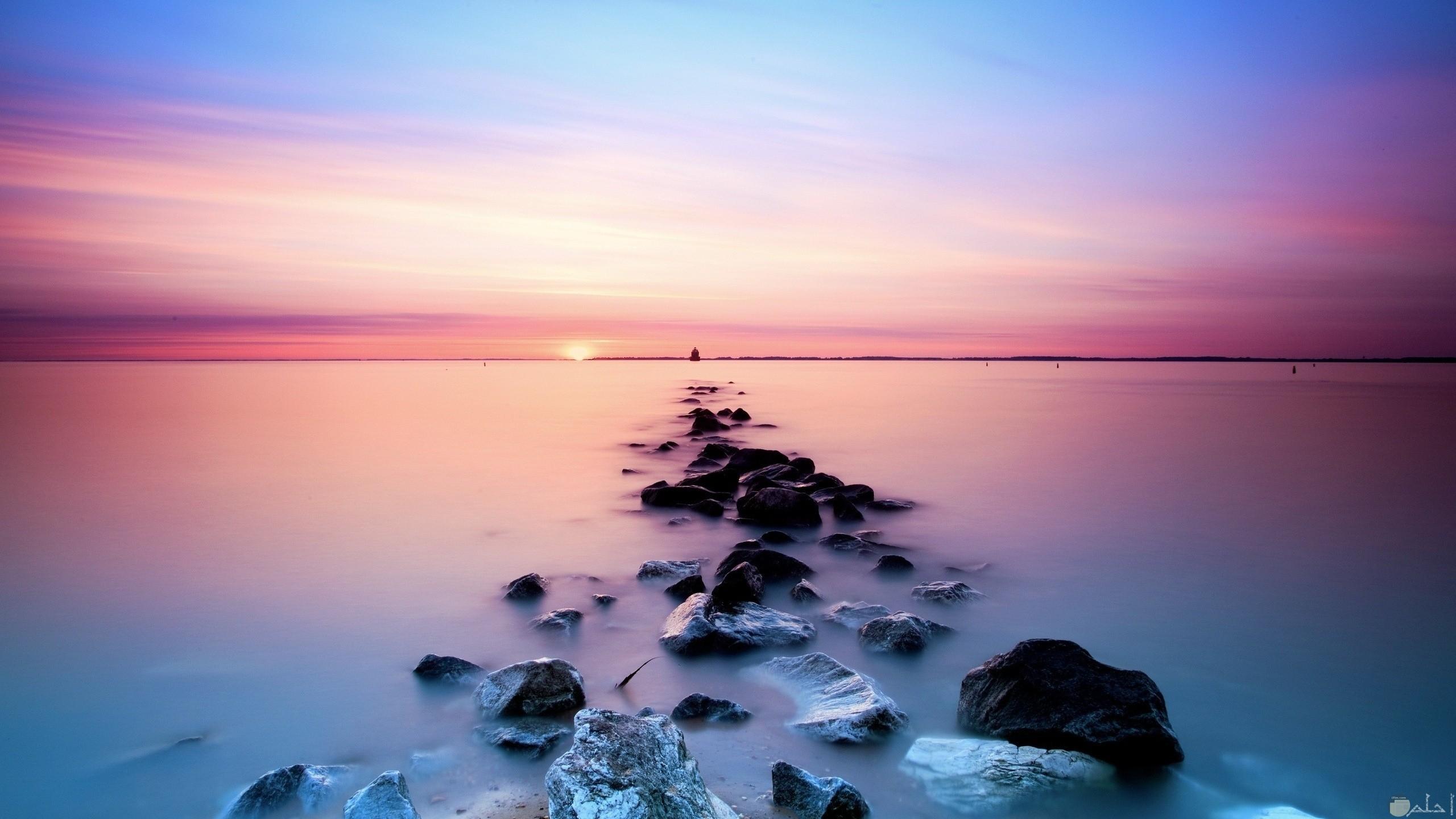 صورة مميزة للبحر والصخور جميلة تصلح كخلفية للكمبيوتر