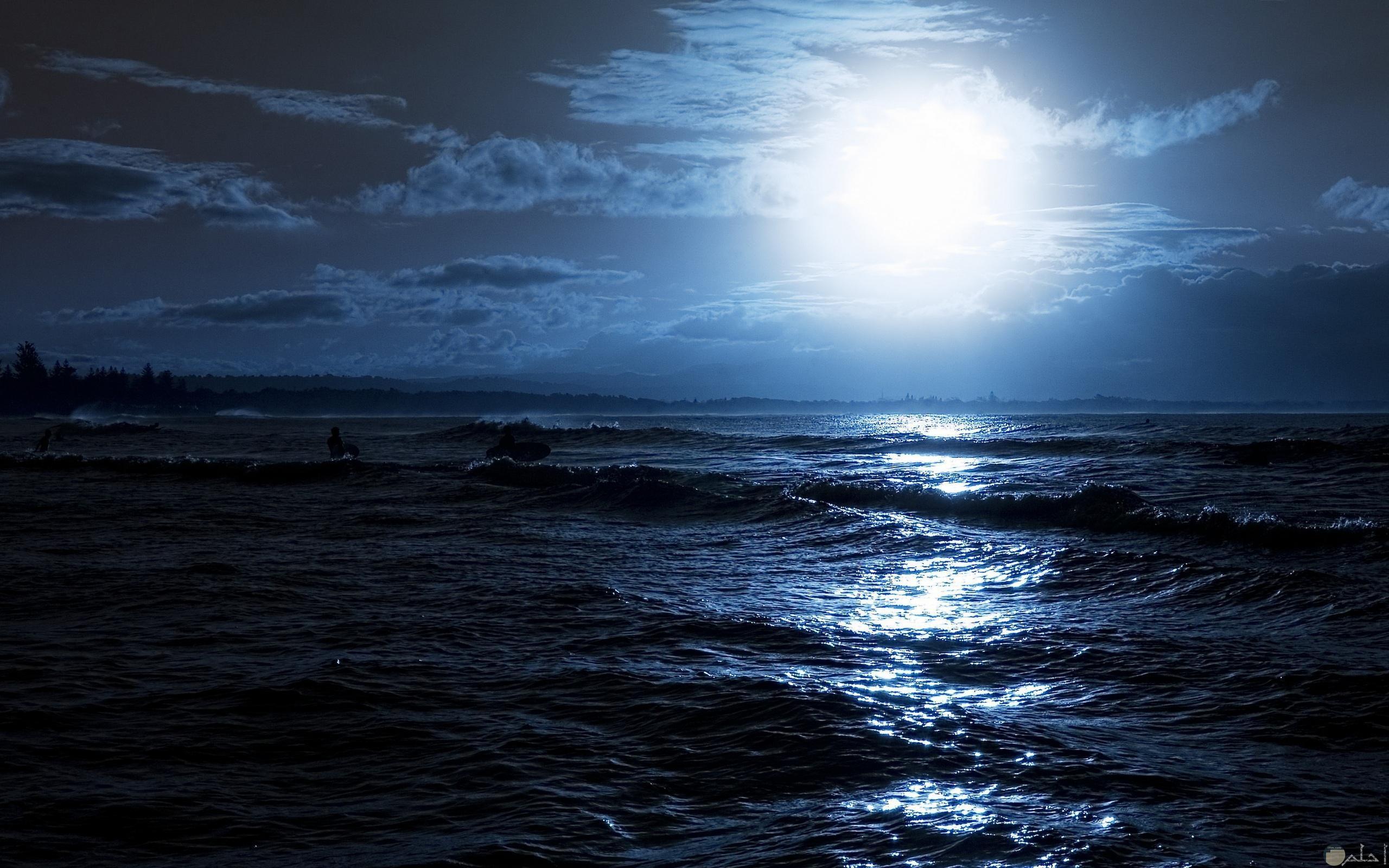 خلفية القمر على ماء البحر