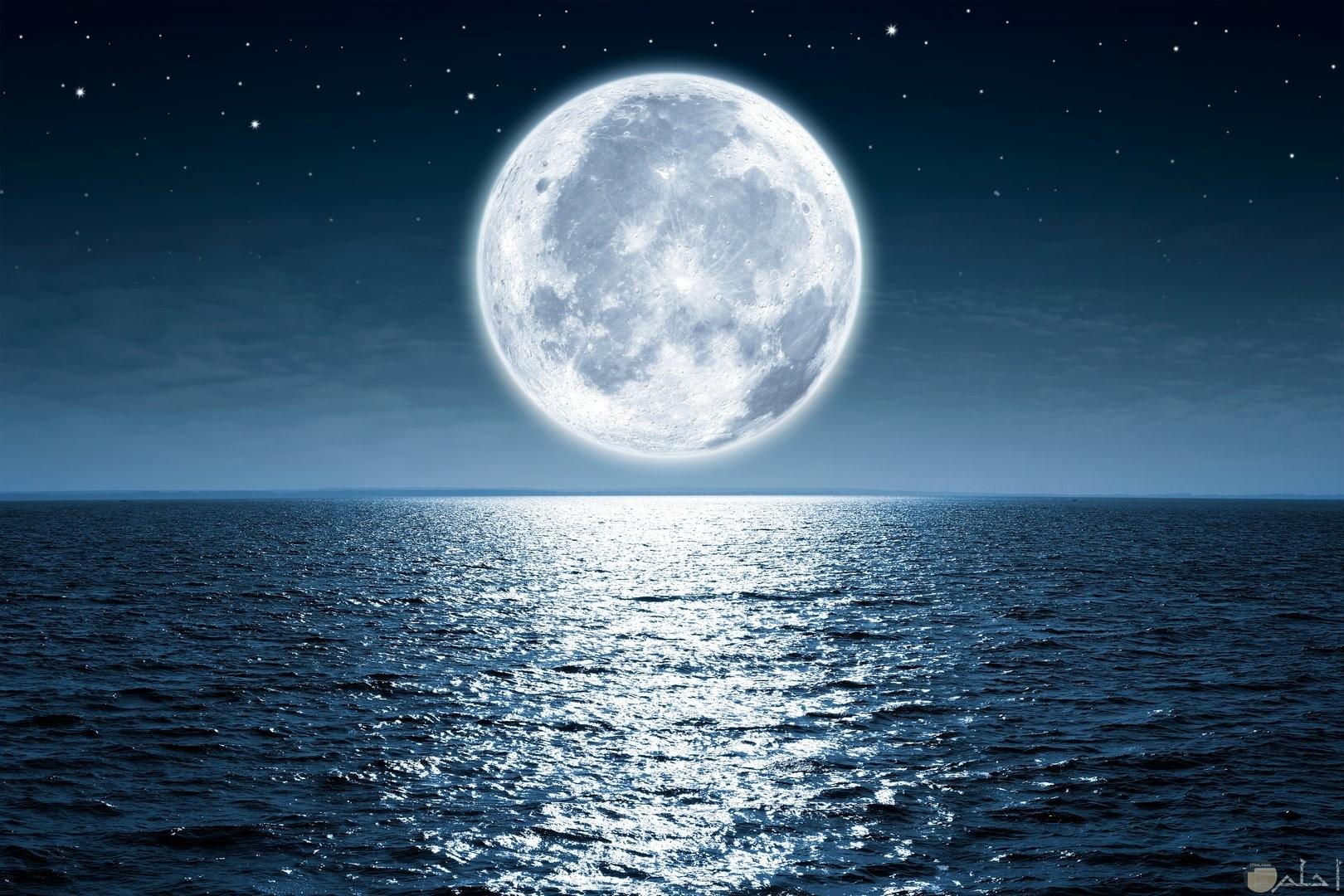 خلفية رائعة لانعكاس القمر على ماء البحر