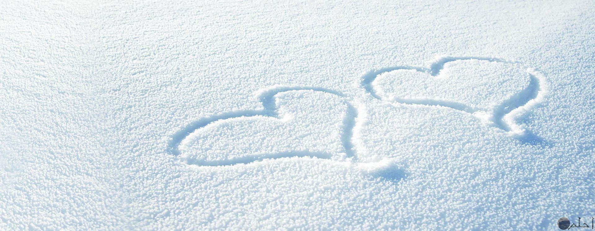 رسم قلب أبيض على الثلج