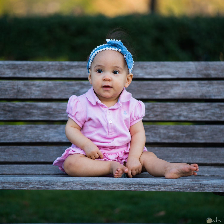 صورة بنت جالسة على مقعد