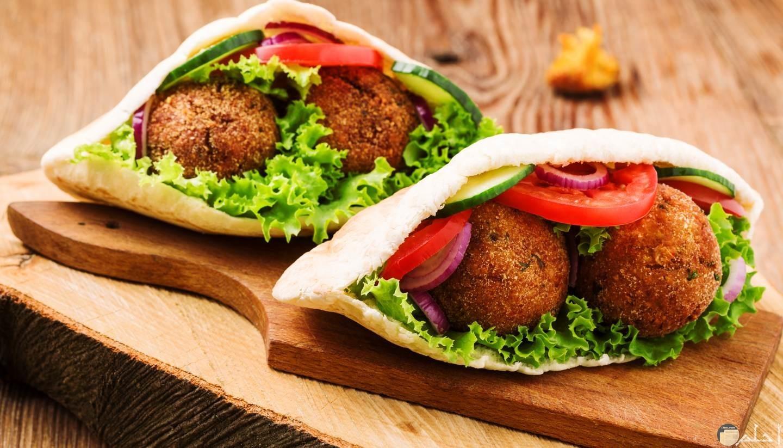 سندوتشات الطعمية بالبصل علي الفطار من افضل الاكلات المصرية