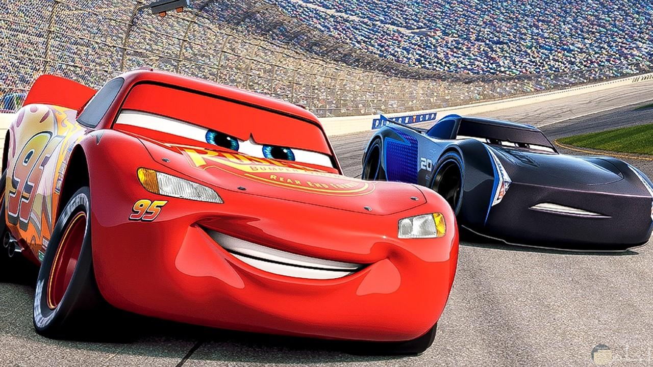 صورة للأطفال لسيارتين باللون الاحمر والازرق تتسابقان