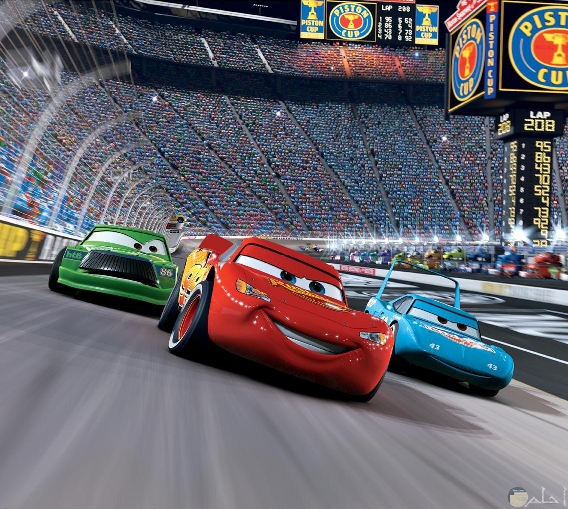 صورة ثلاث سيارات يتسابقون في مضمار السباق للأطفال