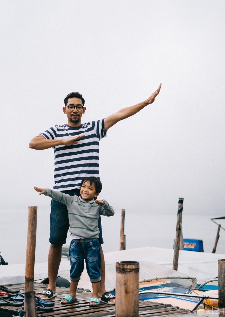 صورة اب يلعب مع ابنه صورة مميزة