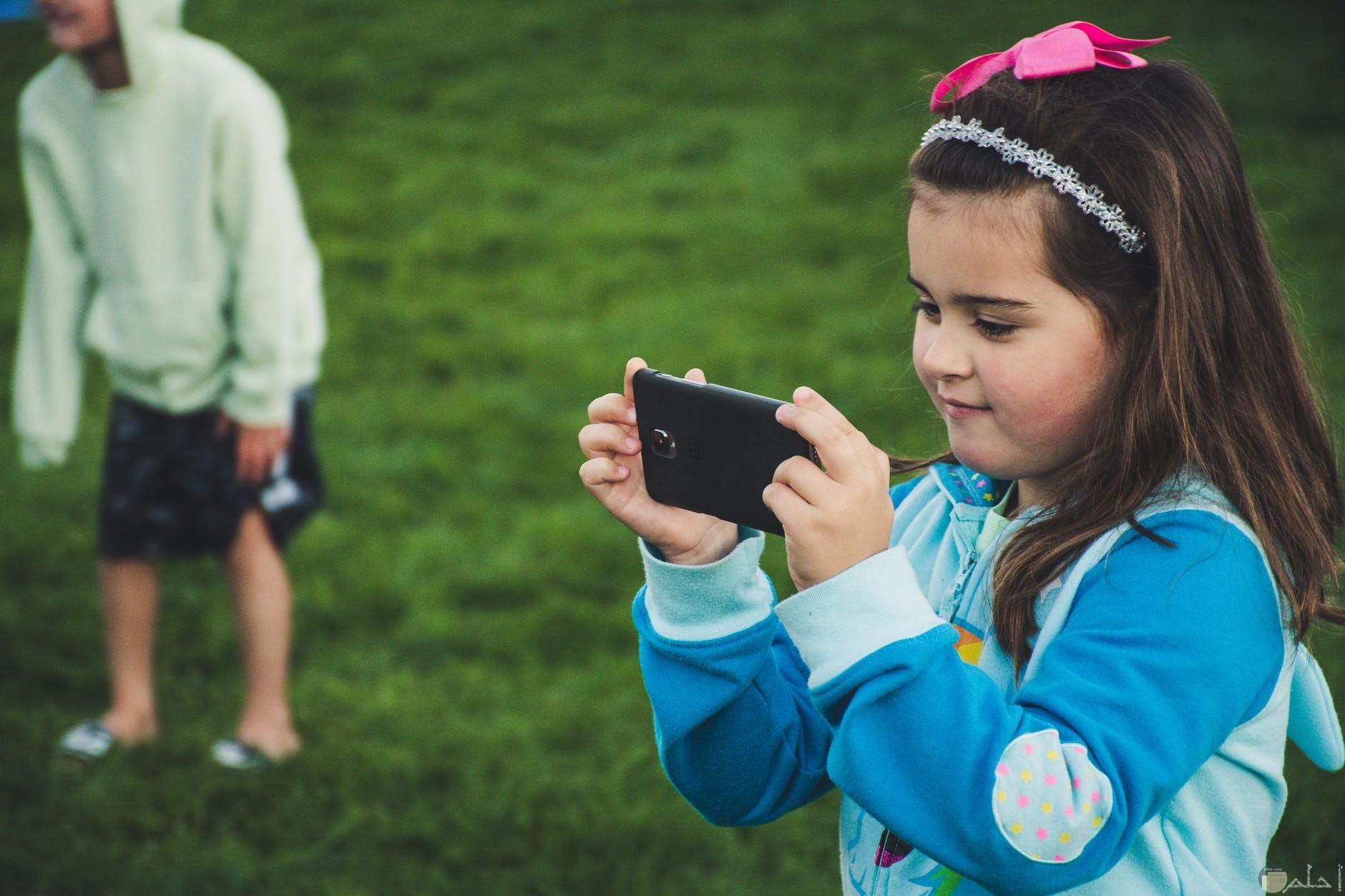 صورة بنت تلتقط صورة فى مناسبة سعيدة