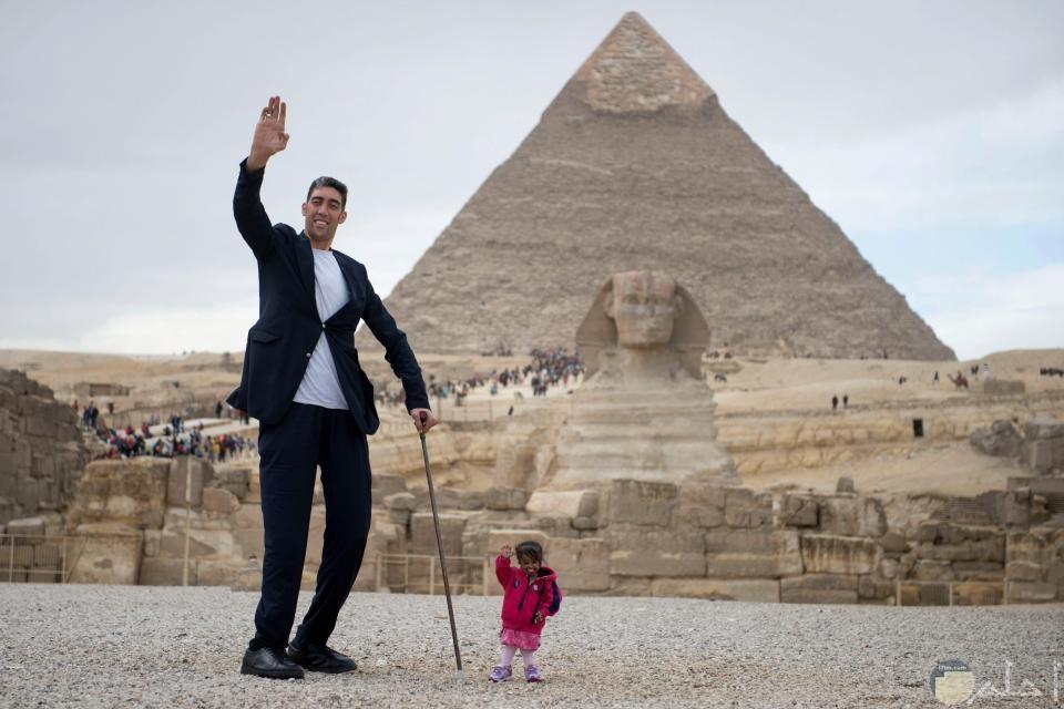 صورة تجمع أطول رجل في العالم مع أقصر سيدة في العالم