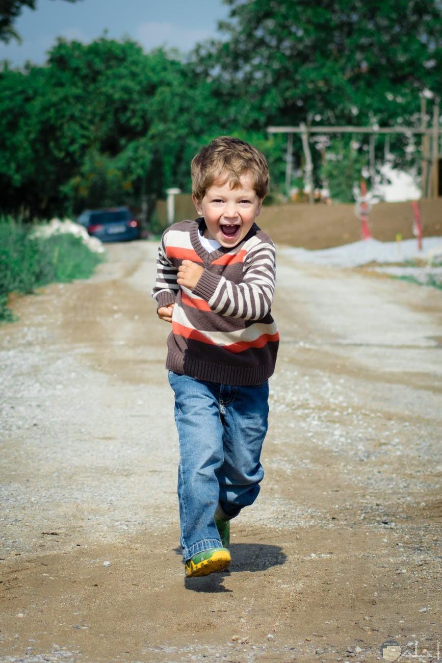 صورة تعبر عن سعادة طفل
