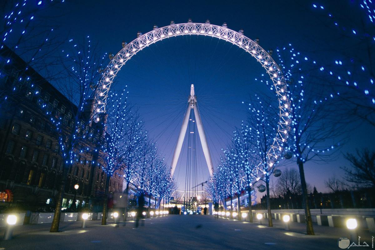 صورة جميلة لمعلم عين لندن مزينة بالأضواء الرائعة في المساء