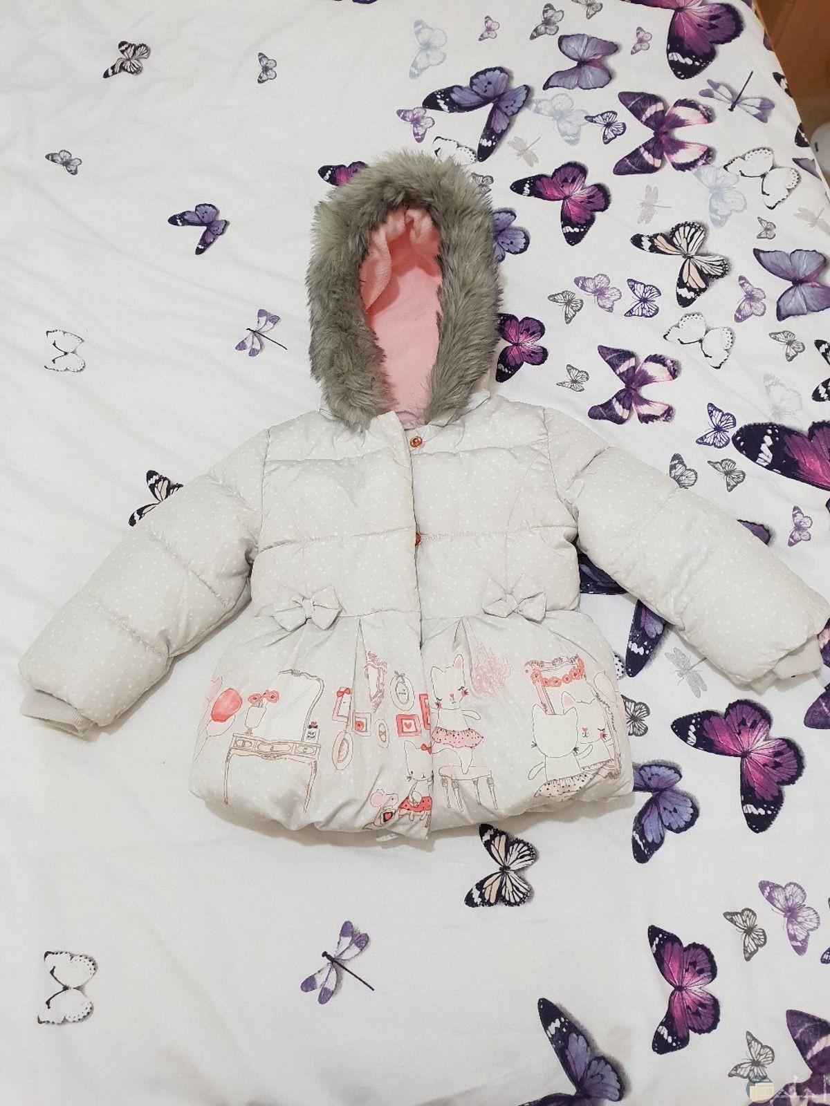 صورة لملابس أطفال شتوية جميلة لحمايتهم باللون الأبيض