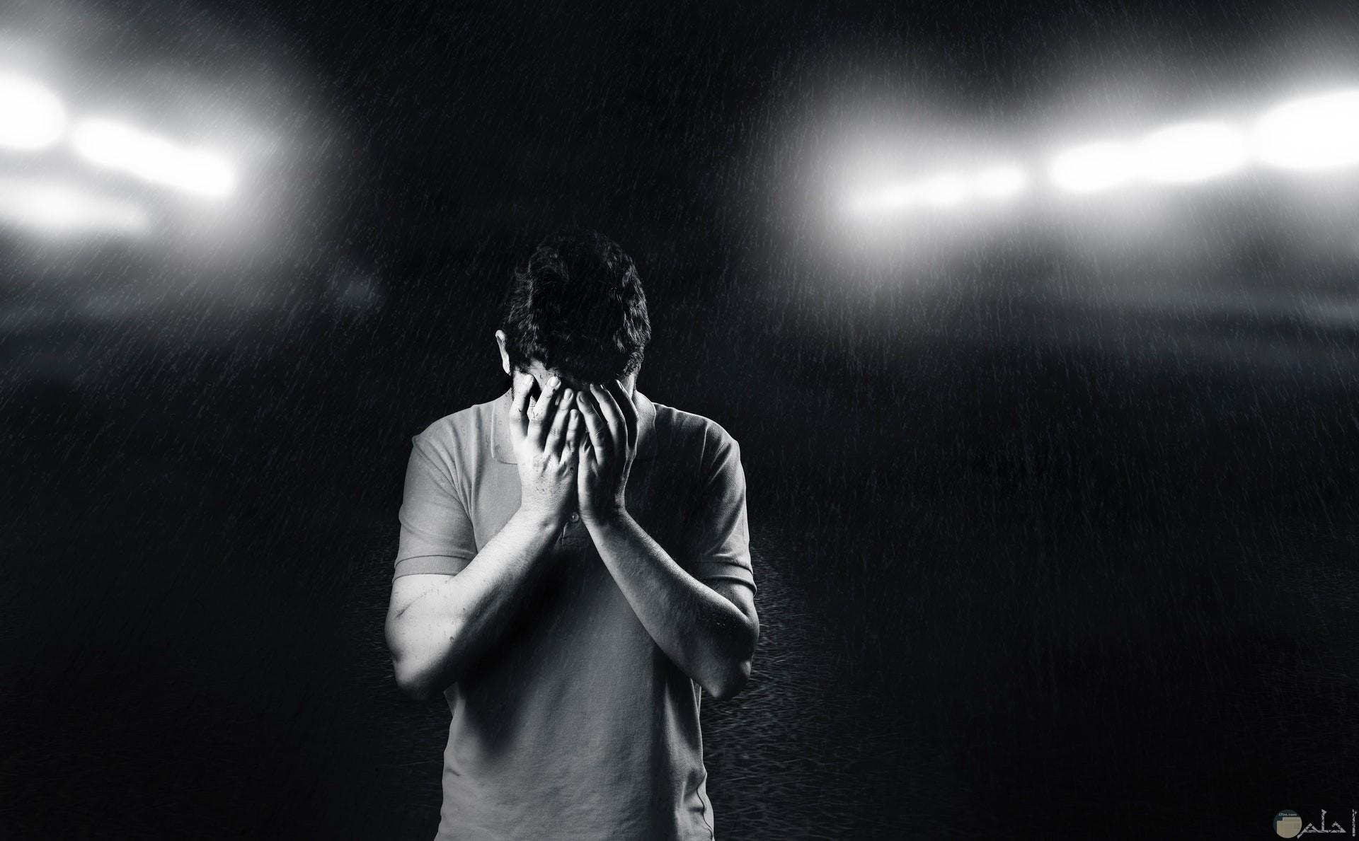 صورة حزينة لشاب حزين ومكتئب