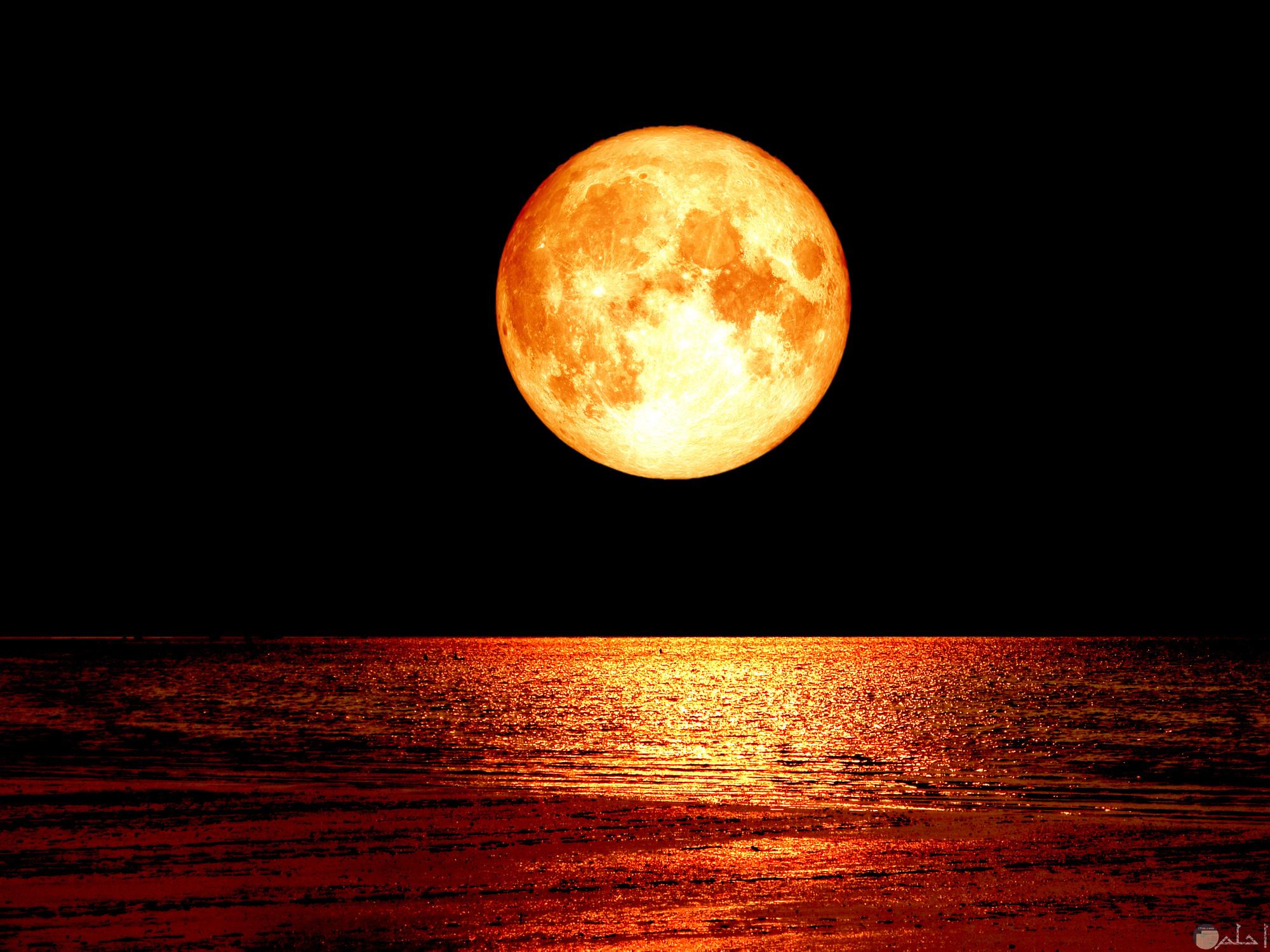 صورة توضح خسوف القمر وانعكاس الضوء على سطح البحر