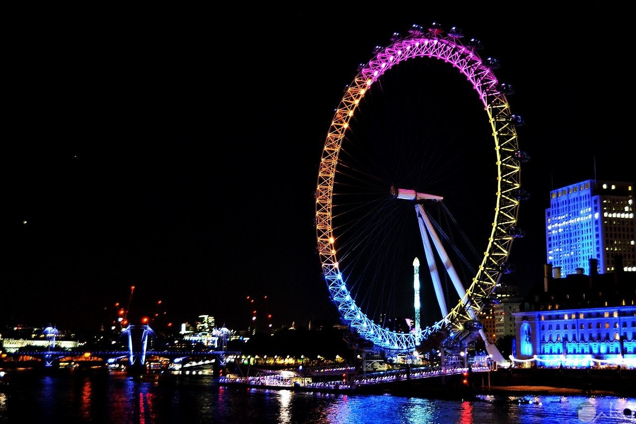 صورة رائعة لعجلة عين لندن المشهورة ببريطانيا بالمساء