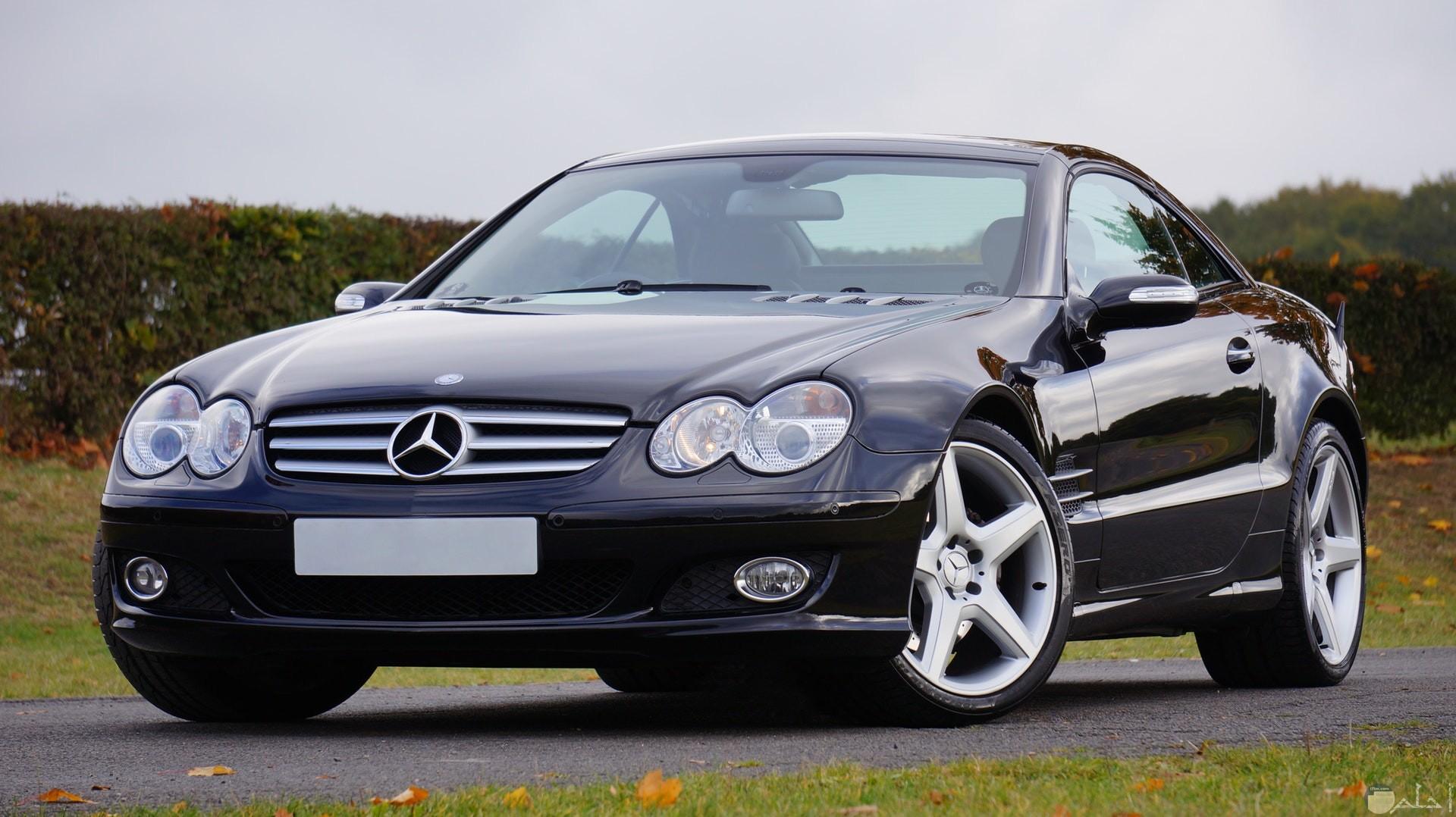 صورة جميلة لسيارة مرسيدس بنز باللون الأسود