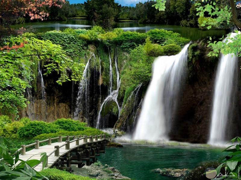 صورة شلال مع الطبيعة الخضراء الساحرة