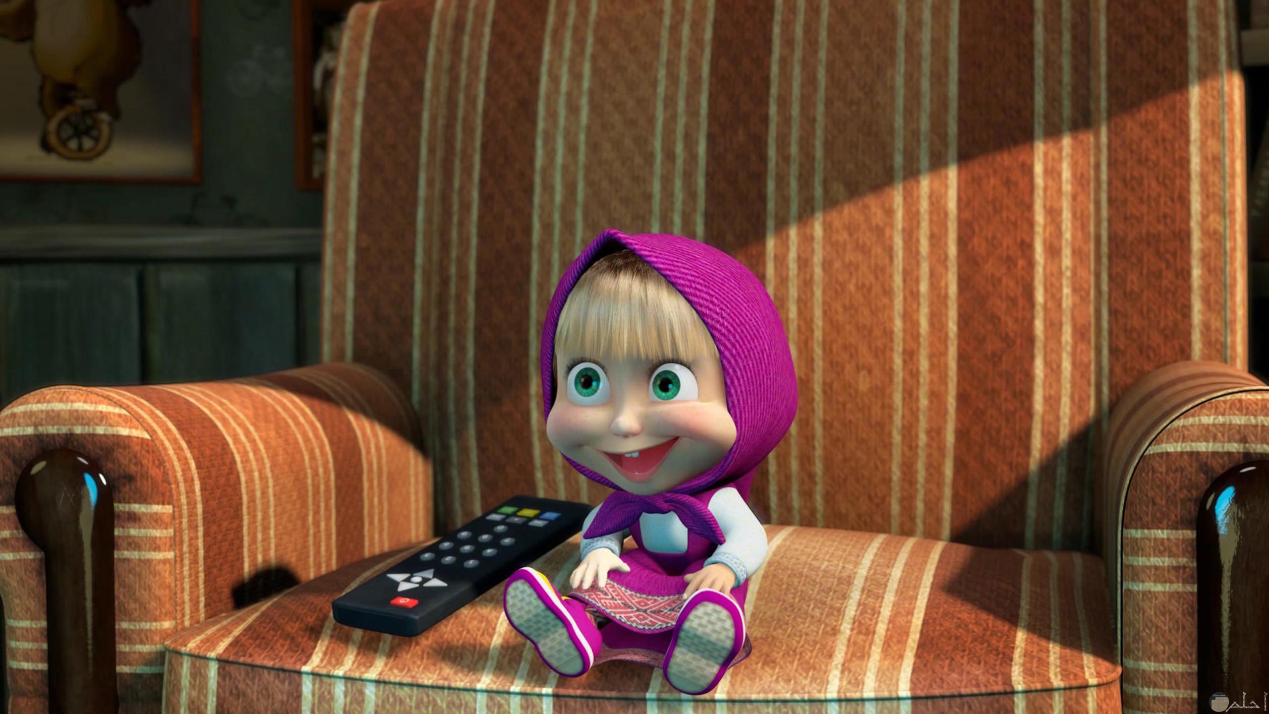 صورة مضحكة لضحكة ماشا وهي تشاهد التلفاز