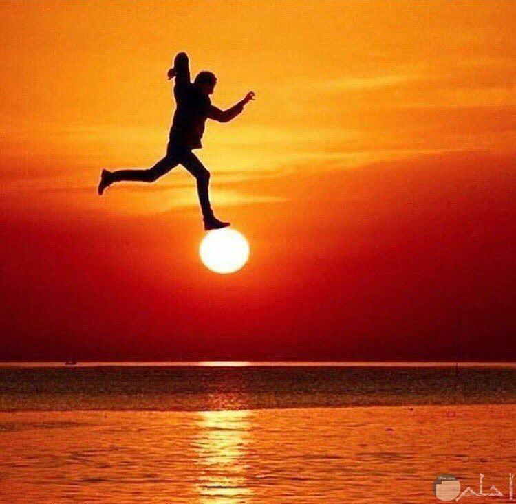 صورة غريبة لرجل فوق قرص الشمس لحظة الغروب