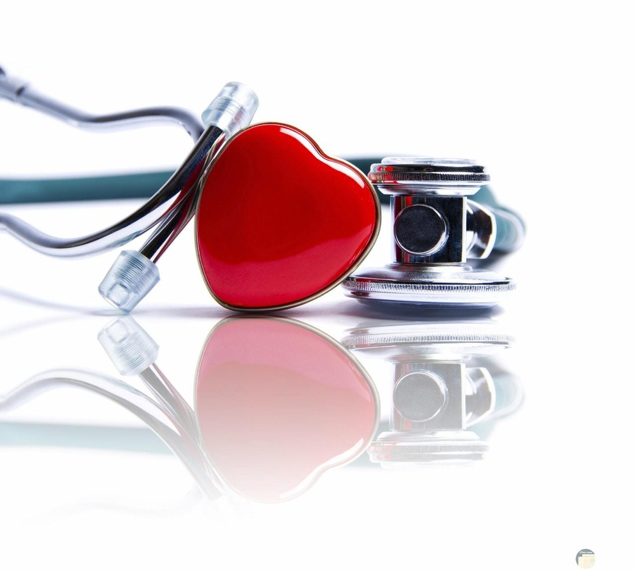 صورة قلب أحمر جميل بجانبها سماعات الدكتور