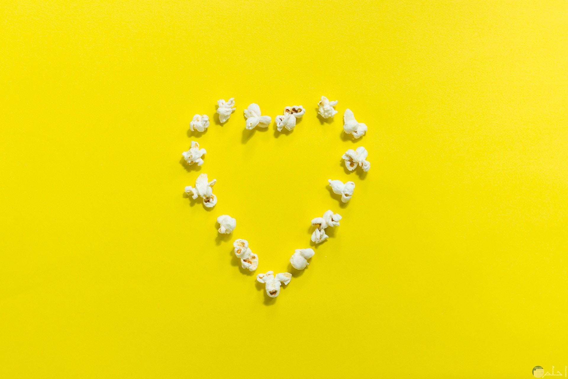 صورة لقلب جميل باللون الأصفر وحدود القلب من الفشار