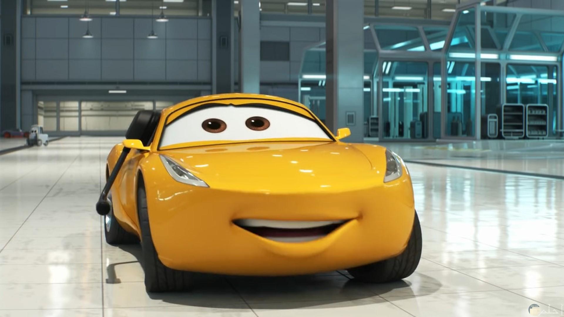 صورة سيارة سباق باللون الاصفر مندهشة جميلة للأطفال