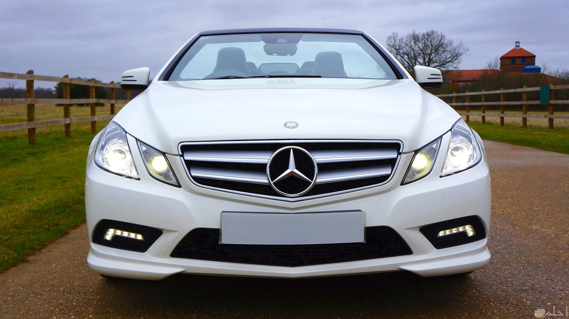 صورة مميزة لسيارة مرسيدس بنز باللون الأبيض