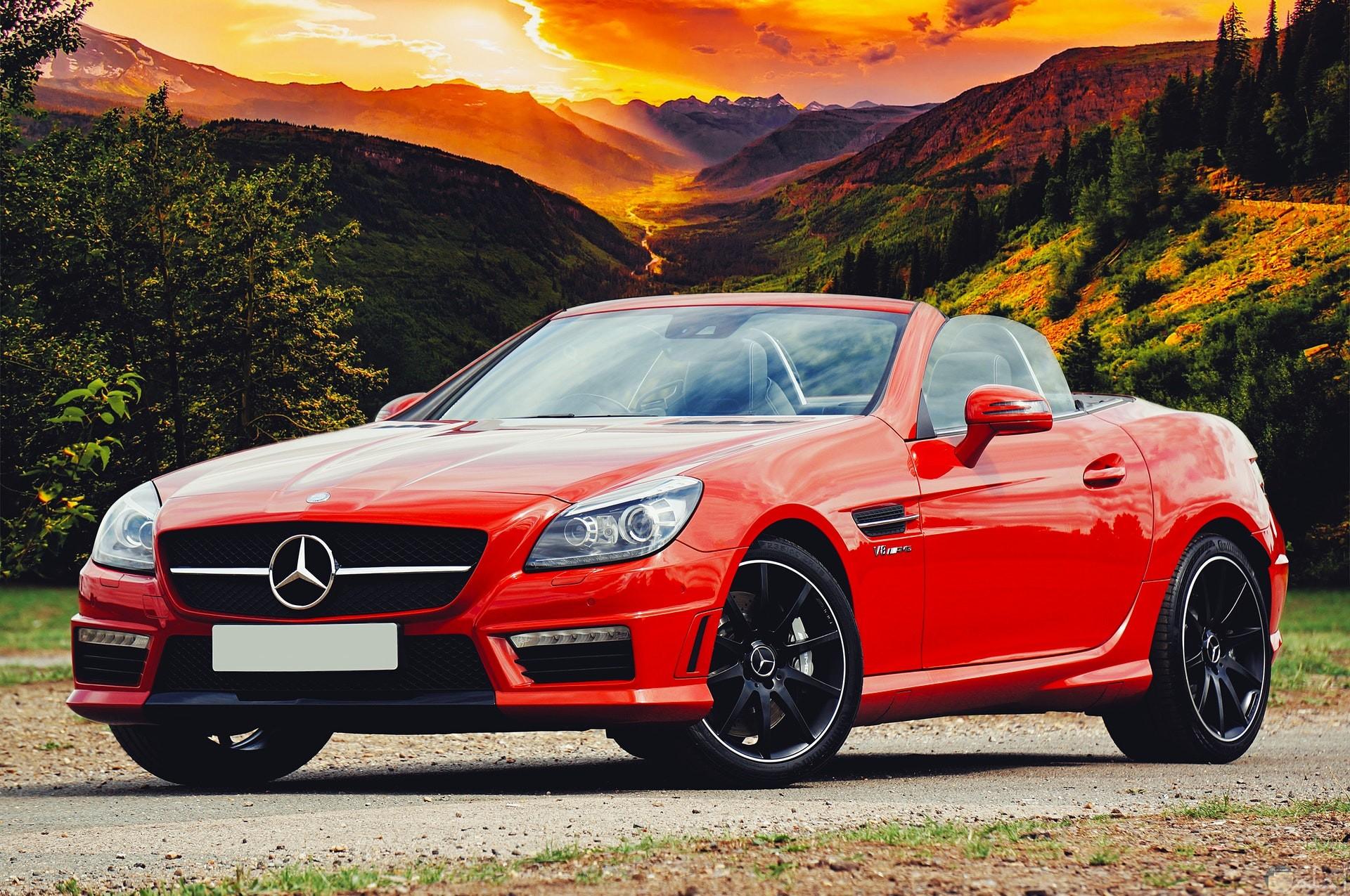 صورة جميلة ومميزة لسيارة مرسيدس بنز باللون الأحمر
