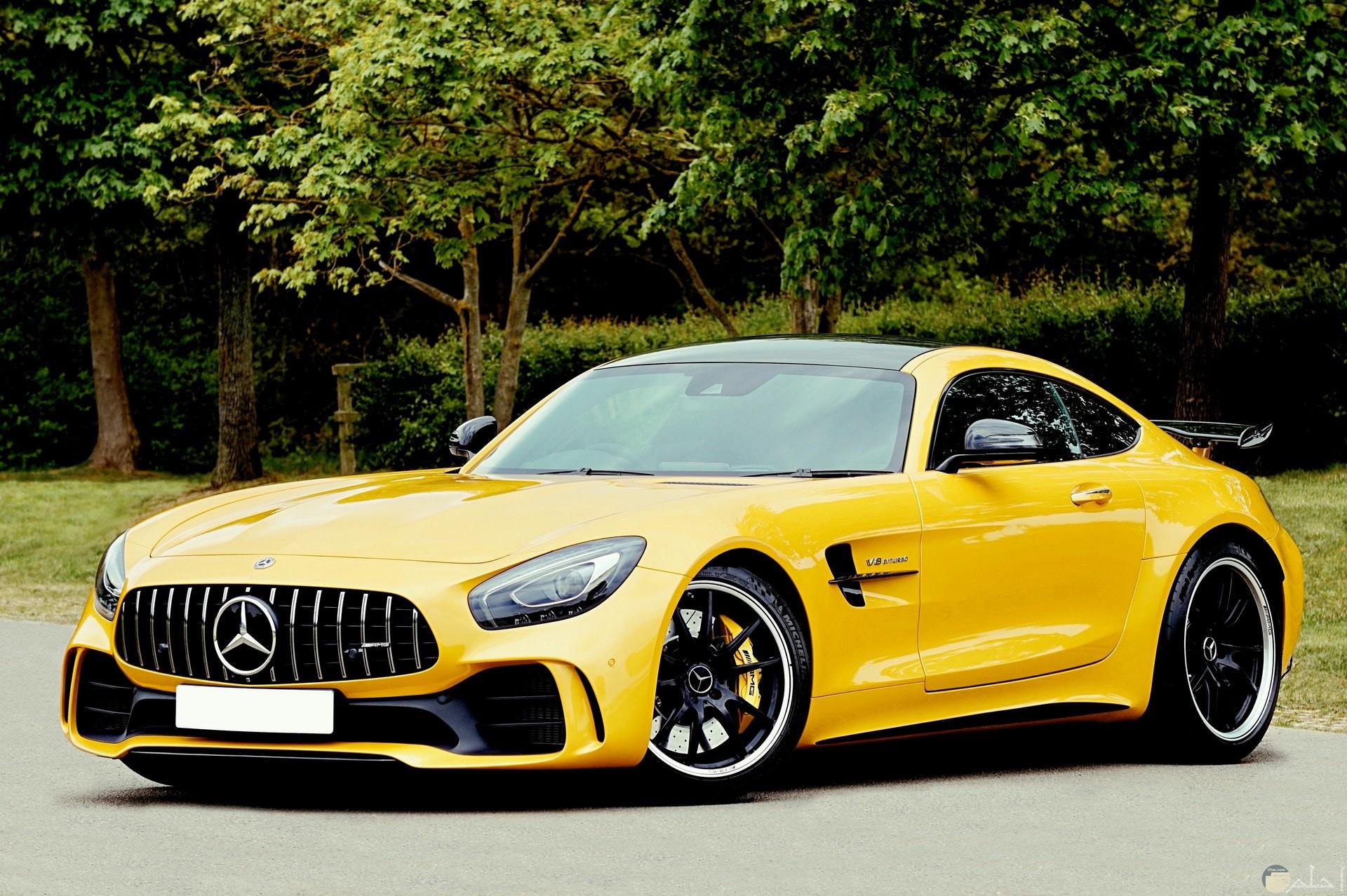 صورة جميلة ومميزة لسيارة مرسيدس بنز باللون الأصفر