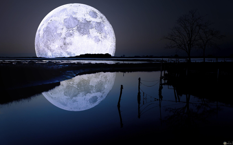 صورة القمر بدر وانعكاس الضوء على الماء