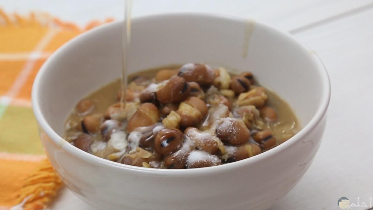 صورة لأكلة الفول المصري داخل طبق أبيض