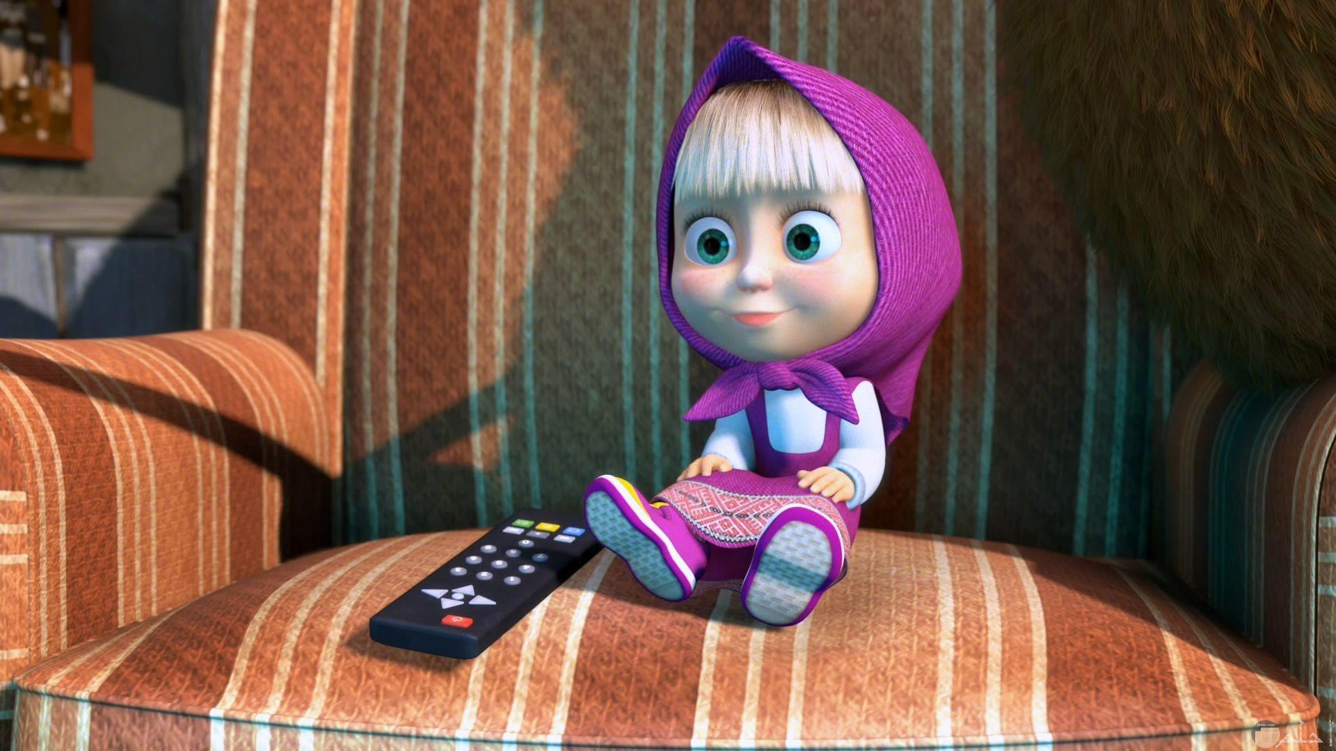 صورة جميلة لماشا وهي تشاهد التلفزيون مميزة