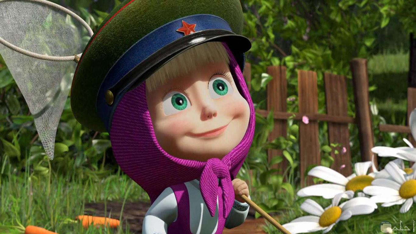 صورة جميلة لماشا وهي ذاهبة لإصطياد الفراشات