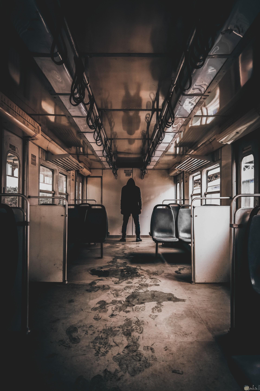صورة مرعبة لرجل يوجد في نهاية عربة مترو والعربة بأكملها مخيفة وفارغة